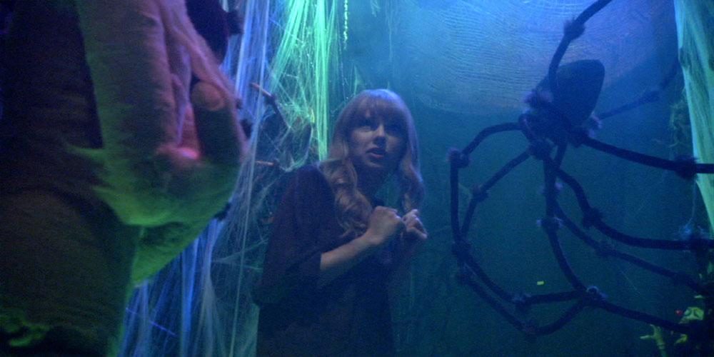 تیلور سویفت در حریم وحشت (haunted hallway)